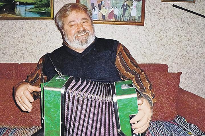 Анатолий Ехалов встретил нашего спецкора с гармошкой. Фото: Алексей ОВЧИННИКОВ
