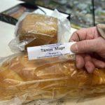 Предприниматель безоплатно раздает хлеб бедным