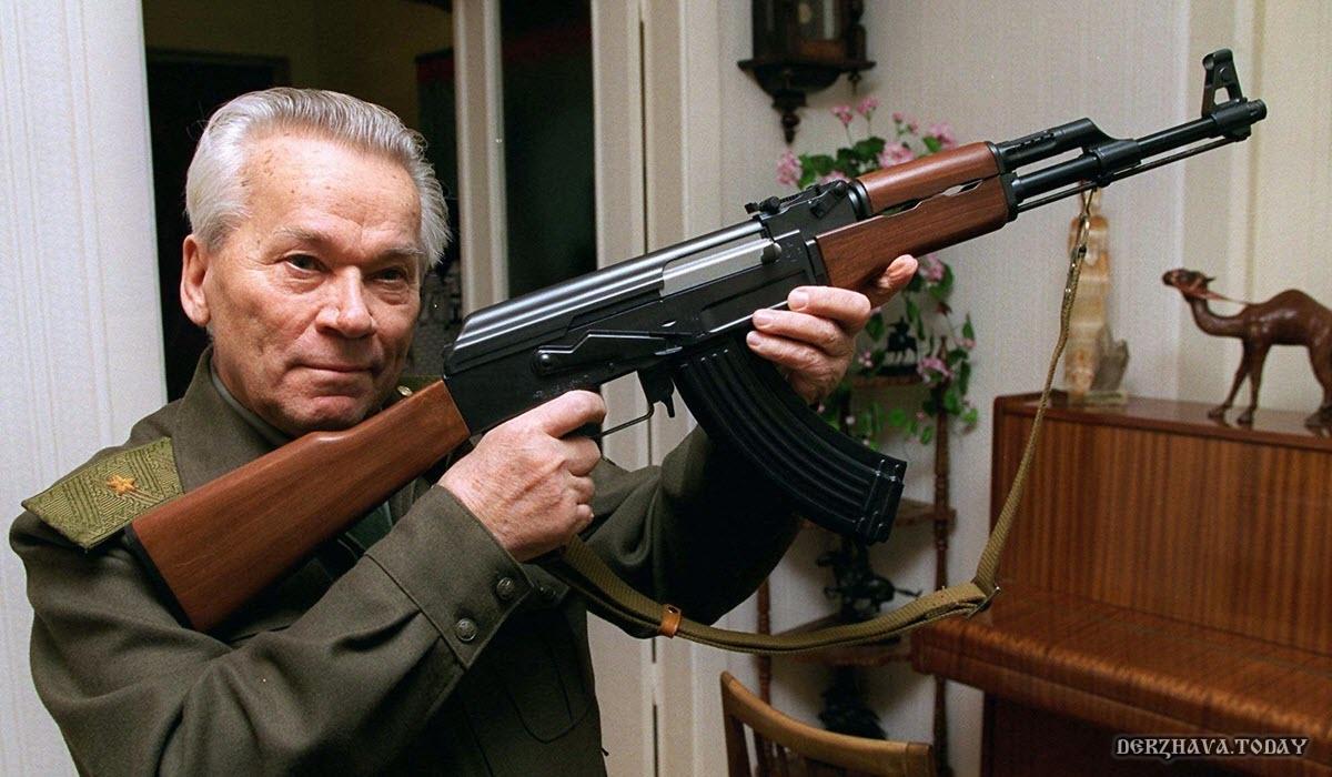 Михаил Тимофеевич Калашников со своим АК-47