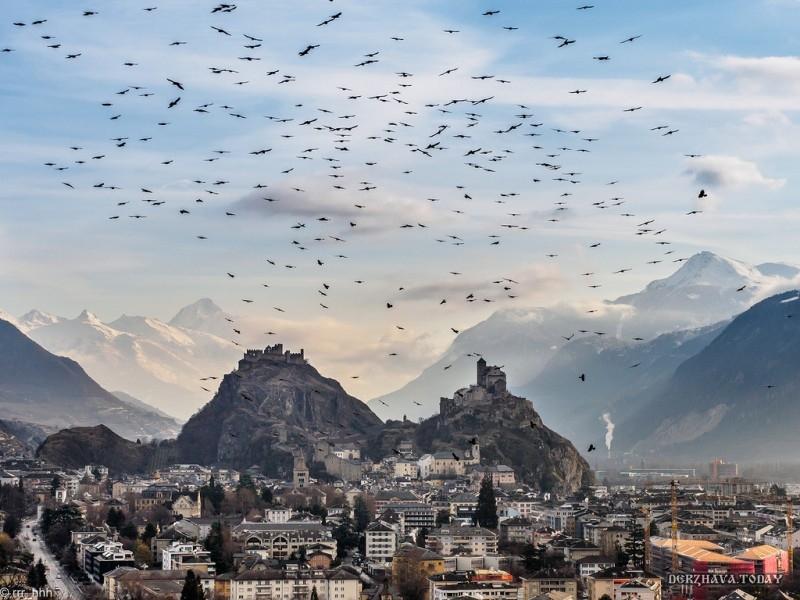 Это Швейцария. Город Сион и гора Сион.